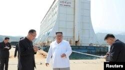 김정은 북한 국무위원장이 금강산관광지구를 시찰하고 금강산에 설치된 남측 시설 철거를 지시했다고 '조선중앙통신'이 지난 23일 보도했다.