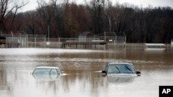 دو خودرو که در یک پارک عمومی توقف کرده بودند، تقریبا در سیلاب غرق شده اند. - ۷ دی ۱۳۹۴- میسوری