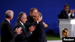 Les officiels célèbrent après l'annonce que la Coupe du Monde de la FIFA 2026 aura lieu aux Etats-Unis, au Mexique et au Canada, lors du 68ème Congrès de la FIFA à Moscou, en Russie, le 13 juin 2018. REUTERS/Sergei Karpukhin