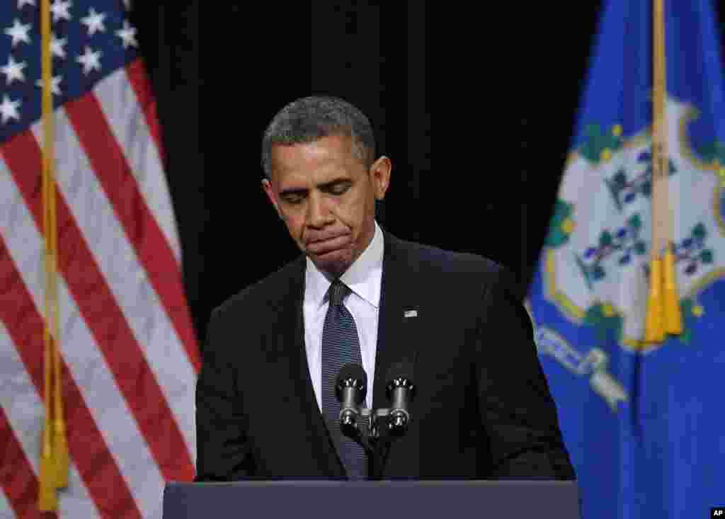 2012年12月16日,康涅狄克州纽敦举行悼念仪式,纪念桑迪.胡克小学枪击案的死难者,奥巴马总统在悼念仪式上讲话。