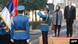 Ministri odbrane Danske i Srbije slušaju intoniranje državnih himni