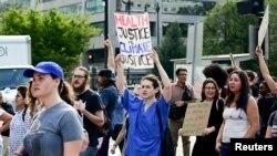 حالیہ دنوں میں عالمی سطح پر ماحولیاتی تبدیلیوں سے متعلق احتجاج ہوئے ہیں — فائل فوٹو
