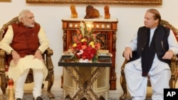 PM India Narendra Modi (kiri) diterima oleh PM Pakistan Nawaz Sharif di Islamabad, hari Jumat (25/12).