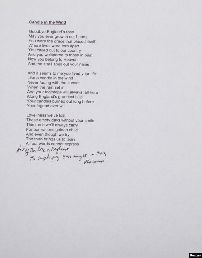 """Naskah lirik lagu """"Candle in The Wind"""" oleh Bernie Taupin yang akan dilelang dalam foto yang dirilis rumah lelang Julien Auctions, 28 September 2018."""