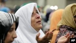 ایک مسلمان خاتون محمد علی کے لیے دعاگو ہے۔
