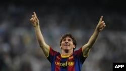 Lionel Messi của FC Barcelona mừng bàn thắng ghi vào lưới Real Madrid trong trận bán kết Champions League lượt đi trên sân Bernabeu ở Madrid, Tây Ban Nha, ngày 27 tháng 4, 2011
