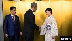 지난 5월 주요 7개국(G7) 정상회담을 위해 일본을 방문한 바락 오바마(가운데) 미국 대통령과 악수 하고 있는 아베 신조 일본 총리 부인 아키에 여사. 왼쪽은 아베 총리. (자료사진)
