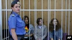 Надежда Толоконникова, Мария Алехина и Екатерина Самуцевич в суде (архивное фото)