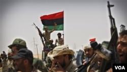 Pasukan pemberontak Libya merayakan kemajuan yang dicapai di kota pelabuhan, Brega (foto: dok.).