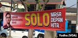 Spanduk berisi dukungan pada putra Presiden Jokowi, Gibran Rakabuming Raka, terpaaang di berbagai lokasi sebelum spanduk dicopoti Pemkot Solo, Senin (23/9). (Foto: VOA/ Yudha Satriawan)