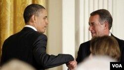Presiden Barack Obama menyalami Ketua DPR AS John Boehner.
