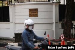 Pengendara motor melewati Kedutaan Besar Nigeria di Jakarta, Kamis, 12 Agustus 2021. Kementerian Luar Negeri meminta maaf pada Kamis atas penanganan seorang diplomat Nigeria. (Foto: AP/Tatan Syuflana)