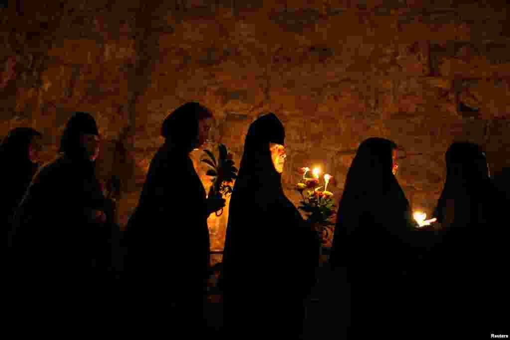 ដូនជីសាសនាគ្រឹស្តបែប Orthodox ចូលរួមនៅក្នុងពិធីប្រចាំឆ្នាំមួយតាមបណ្តោយវិថី Via Dolorosa ក្នុងរដ្ឋធានីហ្សេរ៊ុយសាឡិម។ រូបសំណាក Virgin Mary ត្រូវបានលើកពីវិហារ Holy Sepulchre ទៅកាន់វិហារមួយនៅជើងភ្នំ Mount of Olives ទីដែលអ្នកកាន់គ្រឹស្តសាសនាជឿថា ជាផ្នូរសពរបស់ Virgin Mary ដែលជាម្តាយរបស់ព្រះយេស៊ូ។