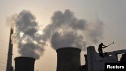 中国湖北襄樊郊外的发电厂(资料照)