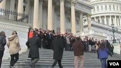 Uposlenici u Kongresu, su na Capitol Hillu u Washingtonu, minutom šutnje odali poštovanje žrtvama pucnjave u Tucsonu