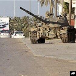 Un char de l'armée libyenne dans un faubourg de la villede Misrata