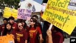 Para aktivis di kota Los Angeles, AS menuntut pemerintah Meksiko menerapkan aturan lebih ketat terhadap imigran anak-anak, setelah gelombang imigran gelap anak-anak masuk AS lewat perbatasan Meksiko awal tahun ini (foto: Juli 2014).