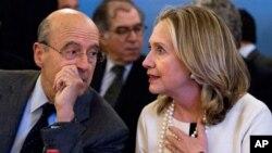 """19일 """"시리아의 친구들"""" 회의에 참석한 클린턴 미 국무장관 (오른쪽)."""
