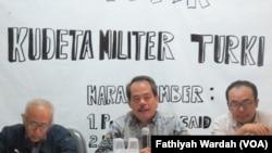 Diskusi tentang Kudeta di Turki. Pengamat militer dari Universitas Pertahanan, Salim Said (kiri), moderator (tengah), pengamatan militer Turki, Alfan Alfian (kanan) (foto: VOA/Fathiyah Wardah)