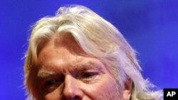 英国亿万富翁布兰森在会上讲话
