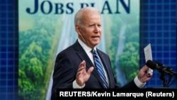 Američki predsednik tokom obraćanja povodom junskog izveštaja Sekretarijata za rad (REUTERS/Kevin Lamarque)