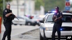 Cảnh sát đứng gác trên đường vành đai dọc theo sân bay quốc tế Fort Lauderdale-Hollywood sau một vụ xả súng giết chết và làm bị thương nhiều người trước, thứ Sáu ngày 06 tháng 01 năm 2017.
