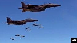 Dos jets F-15 surcoreanos lanzan bombas contra un blanco en la Península Coreana el 31 de agosto.