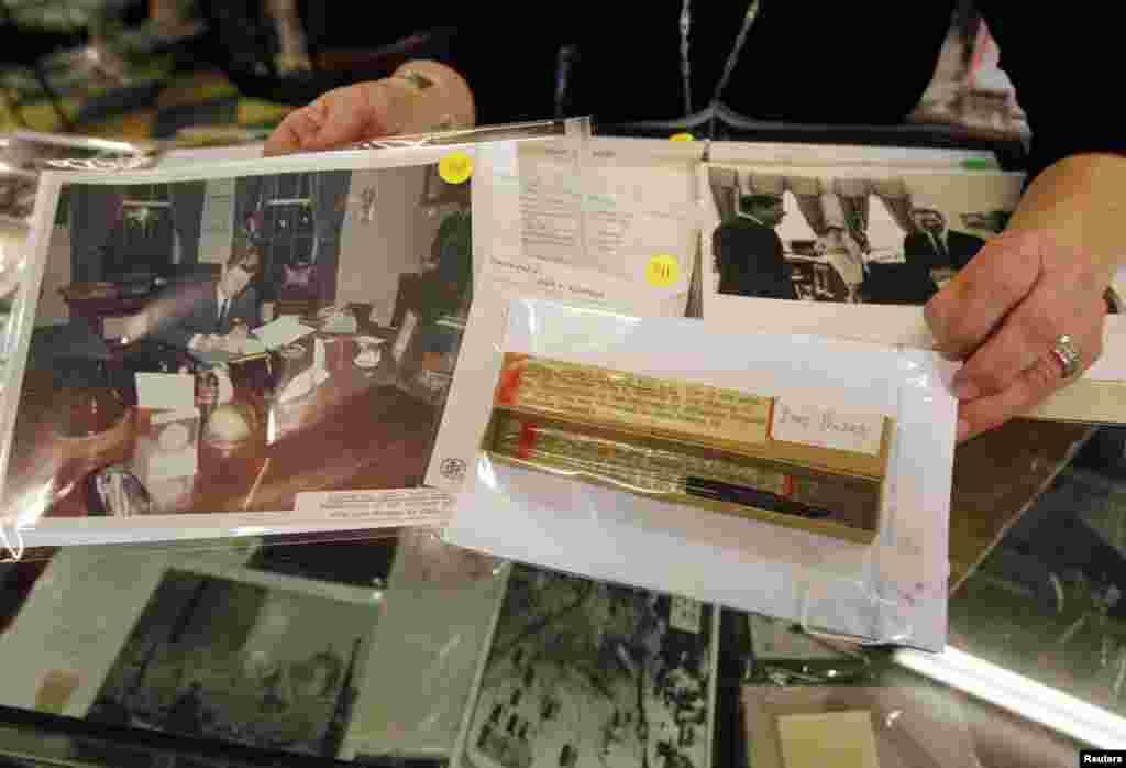 Nalivpero koje je koristio predsjednik John F. Kennedy potpisujući jedan od dokumenata u vrijeme kubanske krize, zajedno sa fotografijom tog potpisivanja, bilo je izloženo u sklopu predsjedničke aukcije u Amesburyju, u Massachusettsu.