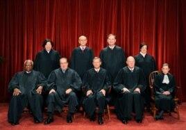 Phó Thẩm phán Sonia Sotomayor (hàng sau, ngoài cùng bên trái)