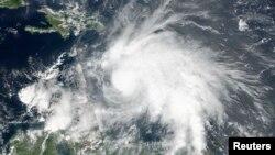 Bão nhiệt đới Matthew, sau đó phát triển thành cuồng phong, được nhìn thấy trong một bức ảnh do vệ tinh Suomi NPP NASA NOAA chụp vào lúc 01:00 ET (17:00 GMT) ngày 29 tháng 09 năm 2016.
