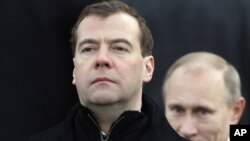 روسی صدرمیدویدف اور ان کی پشت پر وزیراعظم پیوٹن