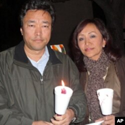 西藏流亡政府议会议员登增曲邓(左)