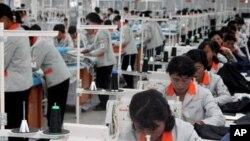 개성공단 F지구 공장의 근로자들. (자료사진)
