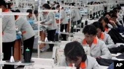 개성공단에서 일하는 북한 근로자들.(자료사진)