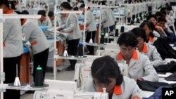 개성공단 내 한국 기업에서 일하는 북한 근로자들 (자료사진)