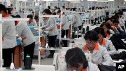 개성공단 F지구 공장의 북한 근로자(자료사진)