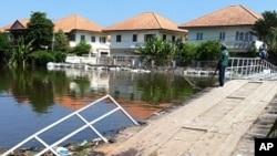 10月31号曼谷城边的一座桥梁被淹没