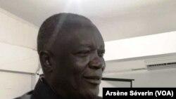 Georges Kileba, le préfet du Pool appelle les populations à accepter la moustiquaire imprégnée, à Kinkala, le 15 octobre (VOA/Arsène Séverin)