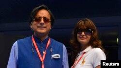 Mantan Menteri Muda India, Shashi Tharoor (kiri) dan istrinya, Sunanda Puskhar Tharoor, saat menghadiri pertandingan Grand Prix F1 di Greater Noida, pinggir kota New Delhi, 27 Oktober 2013 (Foto: dok). Sunanda Puskhar ditemukan meninggal di sebuah hotel New Delhi, Januari tahun lalu.
