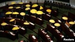 7일 홍콩 정부청사에서 민주주의를 요구하는 야당 의원들이 도심점거의 상징인 노란 우산을 펼쳐들고 중국 정부의 정책에 항의하고 있다.