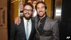 지난달 11일 미국 로스앤젤레스에서 열린 영화 '인터뷰' 시사회에서 영화 감독이자 공동 주연을 맡은 세스 로건(왼쪽)가 공동 프로듀서 제임스 위버와 포즈를 취하고 있다. (자료사진)