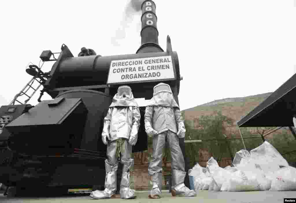 페루 리마의 마약 소각장에서 관계자들이 코케인 봉지를 태우고 있다.