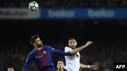 Gerard Piqu, à gauche, et Karim Benzema lors du match entre le FC Barcelona et le Real Madrid CF, Espagne, le 6 mai 2018.