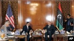 帕內塔(左)會晤了利比亞總理凱卜(右)。