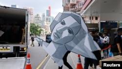 香港警方2021年9月9日突襲六四紀念館搬走自由女神頭像。