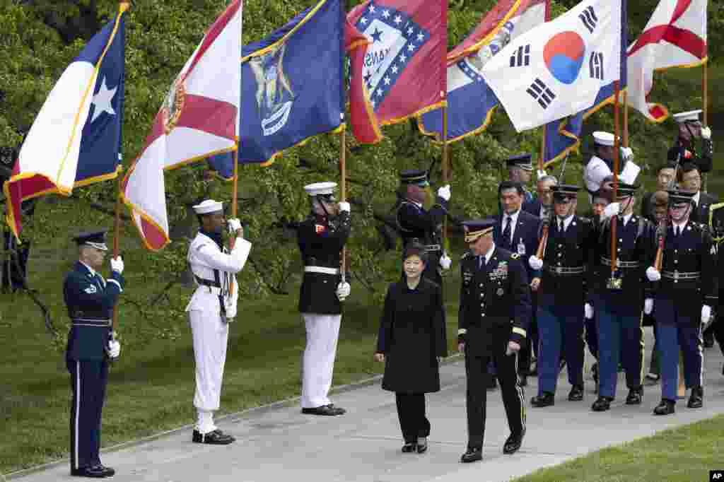 Cənibi Koreya prezidenti Park Gin-He Virciniyada Arlinqton fəxri xiyabanını ziyarət edir