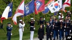 Južnokorejska predsednica Park Gen-hje u pratnji generalmajora Majkla Liningtona na ceremoniji polaganja venca na grobove neznanih vojnika