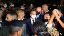 Президент Макрон общается с демонстрантами в Бейруте