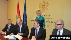 Predstavnici crnogorske vlade potpisuju ugovor sa Nemačkom razvojnom bankom (gov.me)