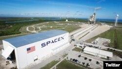 미국 플로리다주의 케네디우주센터에서 민간우주개발사 스페이스X가 로켓 발사를 준비하고 있다. (자료사진)